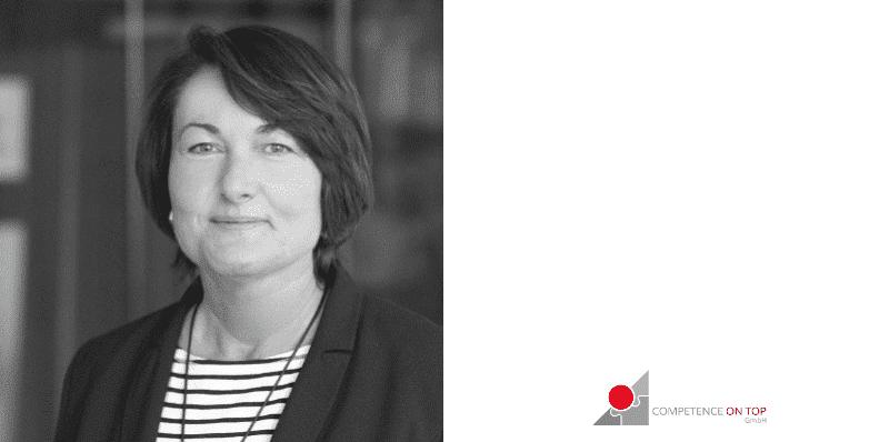 Manuela Dollinger, Geschäftsführerin Competence on Top, Verantwortliche im Bereich Organisationsentwicklung, mit grünem Puzzleteil