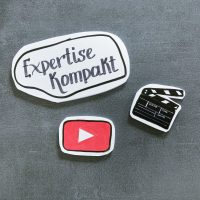 YouTube-Logo, Filmklappe und Schriftzug Expertise Kompakt im Beitrag über Social Media als Lernhelfer