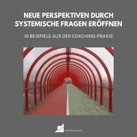 Ein grüner und roter Weg führt durch rote Torbögen als Metapher für systemische Fragen im Coaching
