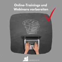 Zwei Hände am Laptop vor einer Zeichnung von Büchern als Visualisierung für das Thema Online-Trainings und Webinare vorbereiten
